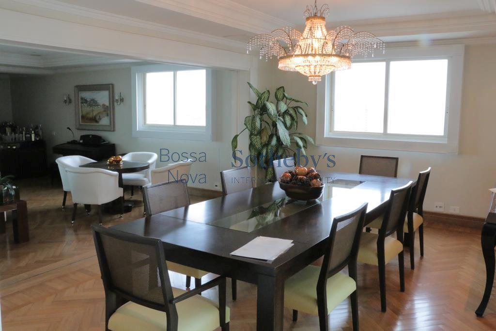 Apartamento elegante com ambientes amplos e iluminados.