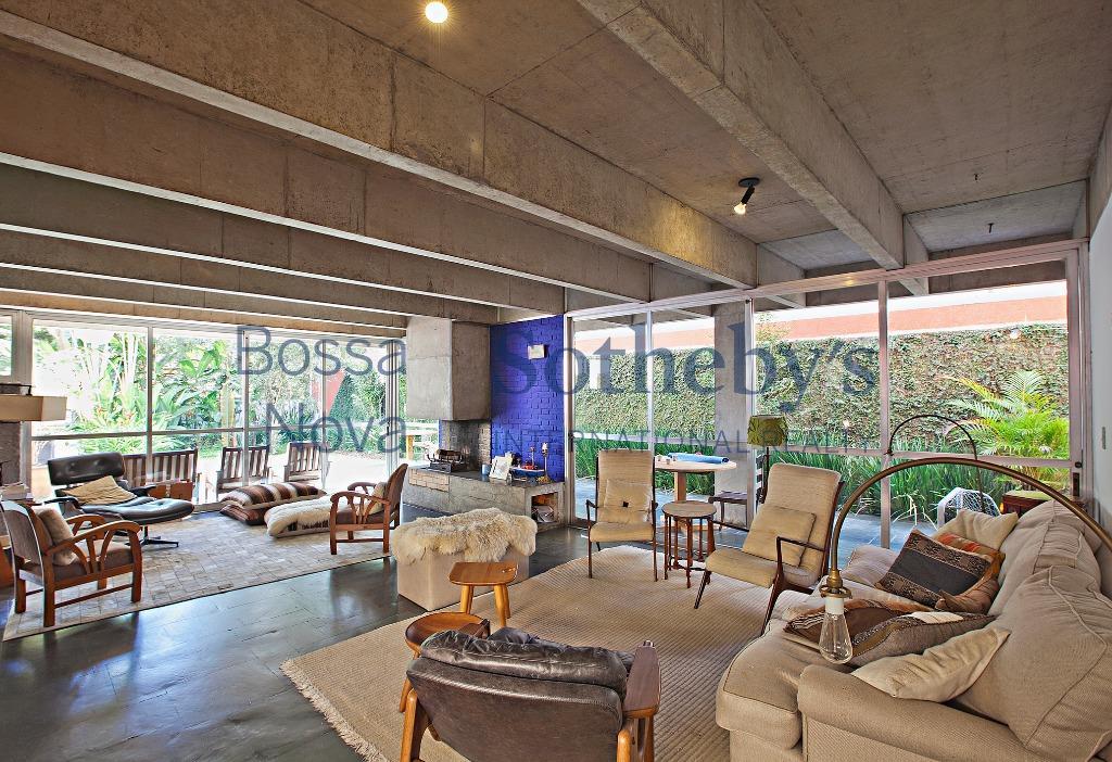 Uma casa muito agradável, contemporânea, onde toda a área social se abre para um belo jardim.