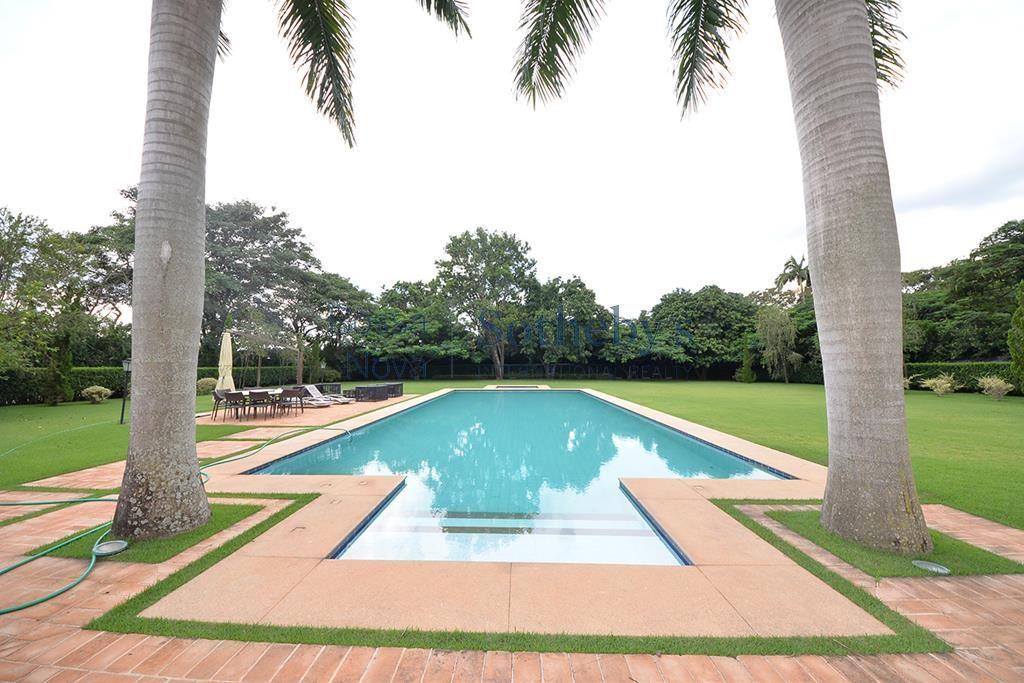 Belíssima residência com paisagismo de Maria João