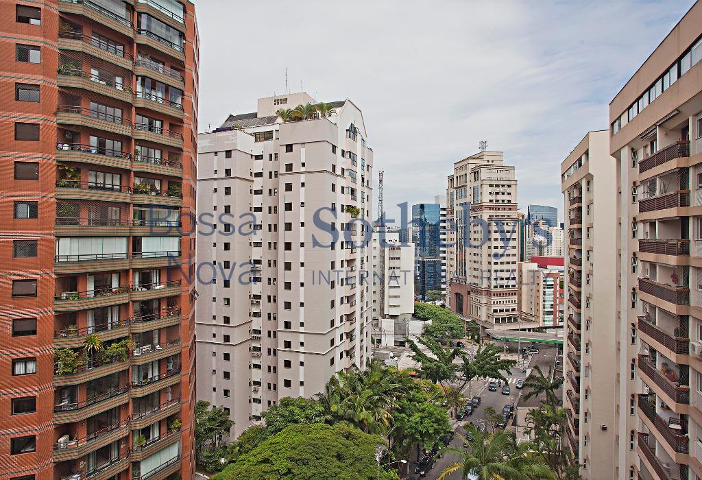 Apartamento em prédio projetado por Ruy Ohtake.