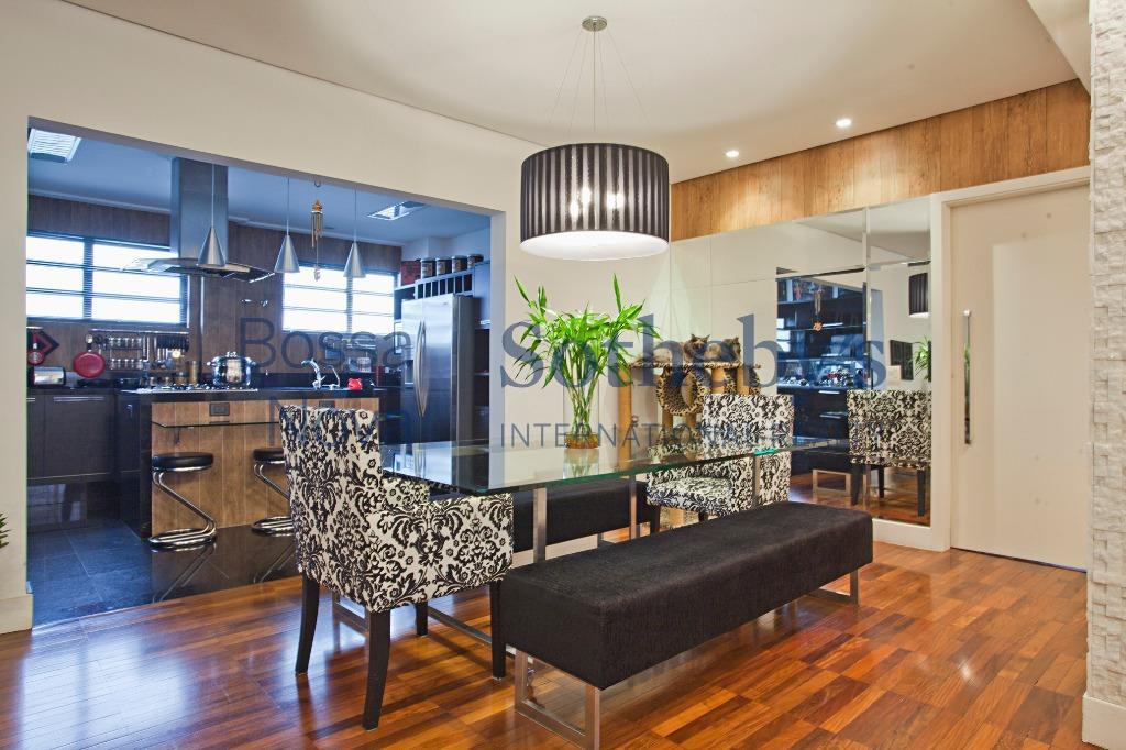 Moderno apartamento com reforma contemporânea.