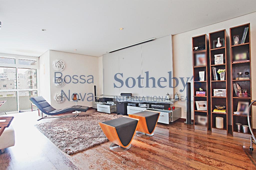 Amplo apartamento reformado em Higienópolis
