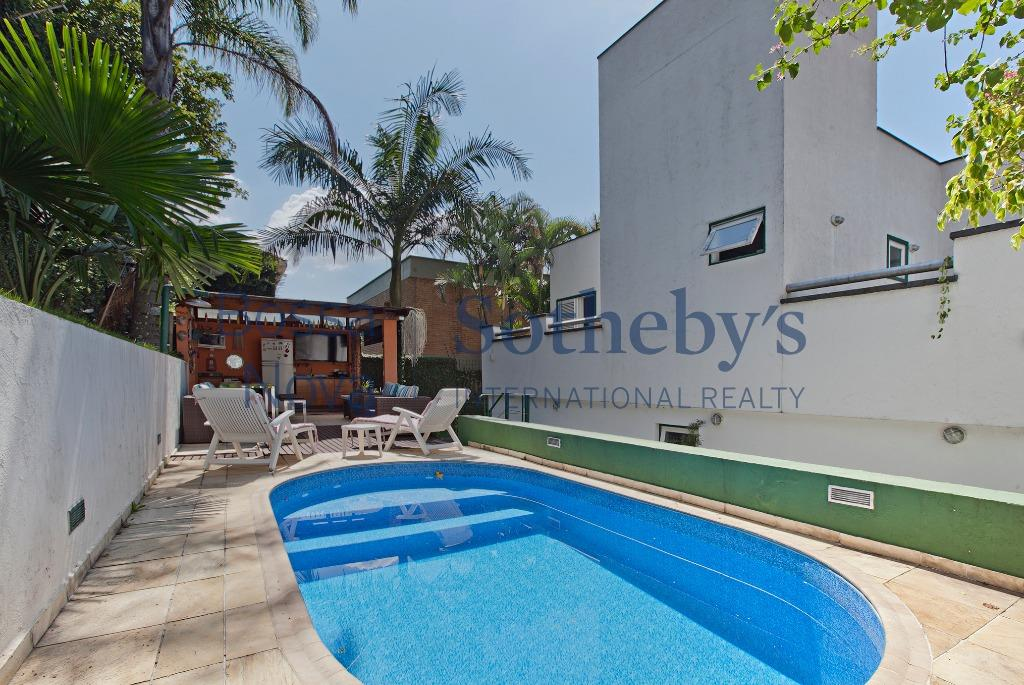 Casa reformada e mobiliada com piscina e espaço gourmet.