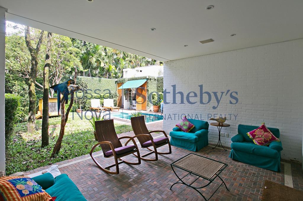 Casa aconchegante projetada por Dado Castello Branco, no Jardim Europa
