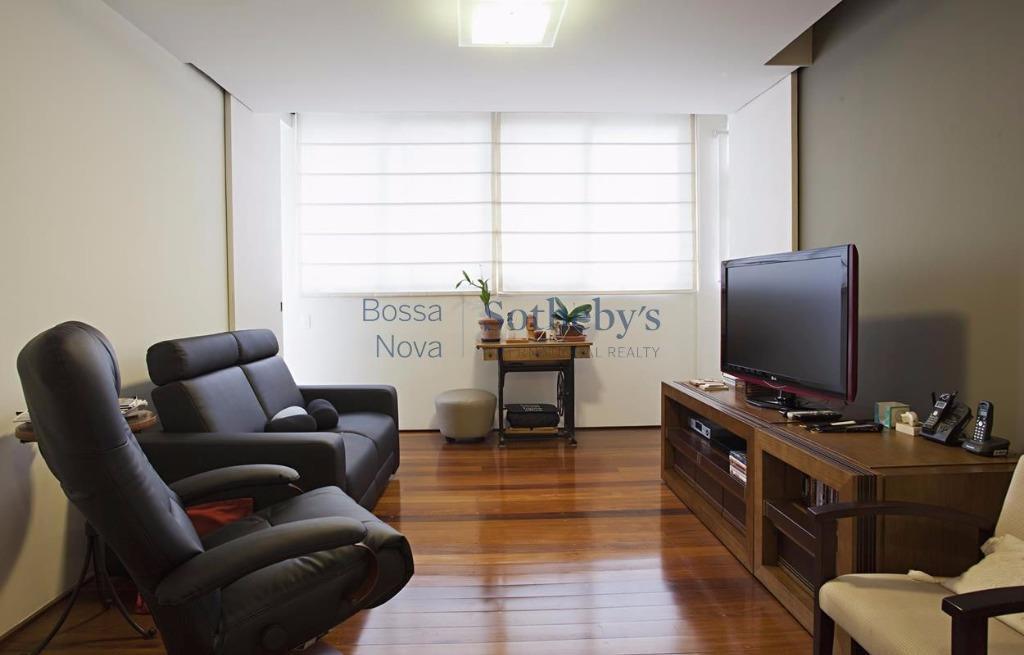Apartamento reformado em rua tranquila de Higienópolis