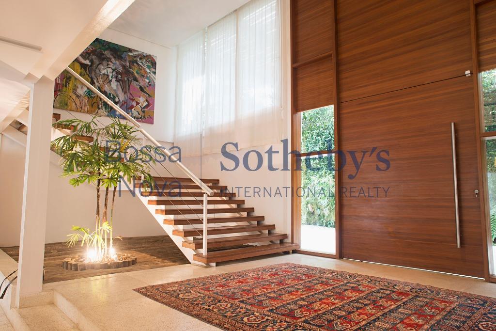 Contemporaneidade, muito conforto e espaço em meio ao verde em condomínio fechado