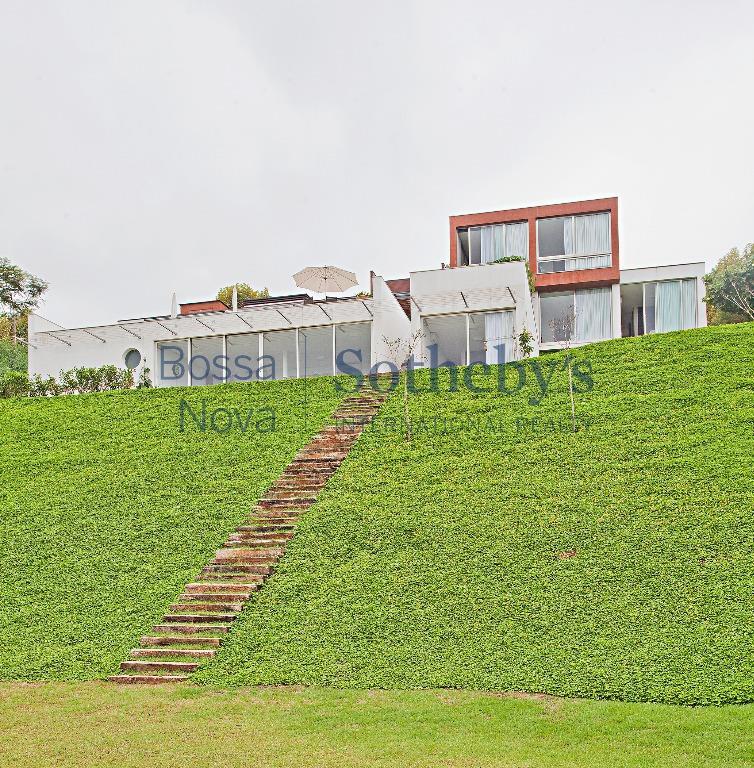 Casa moderna com vista para a mata.