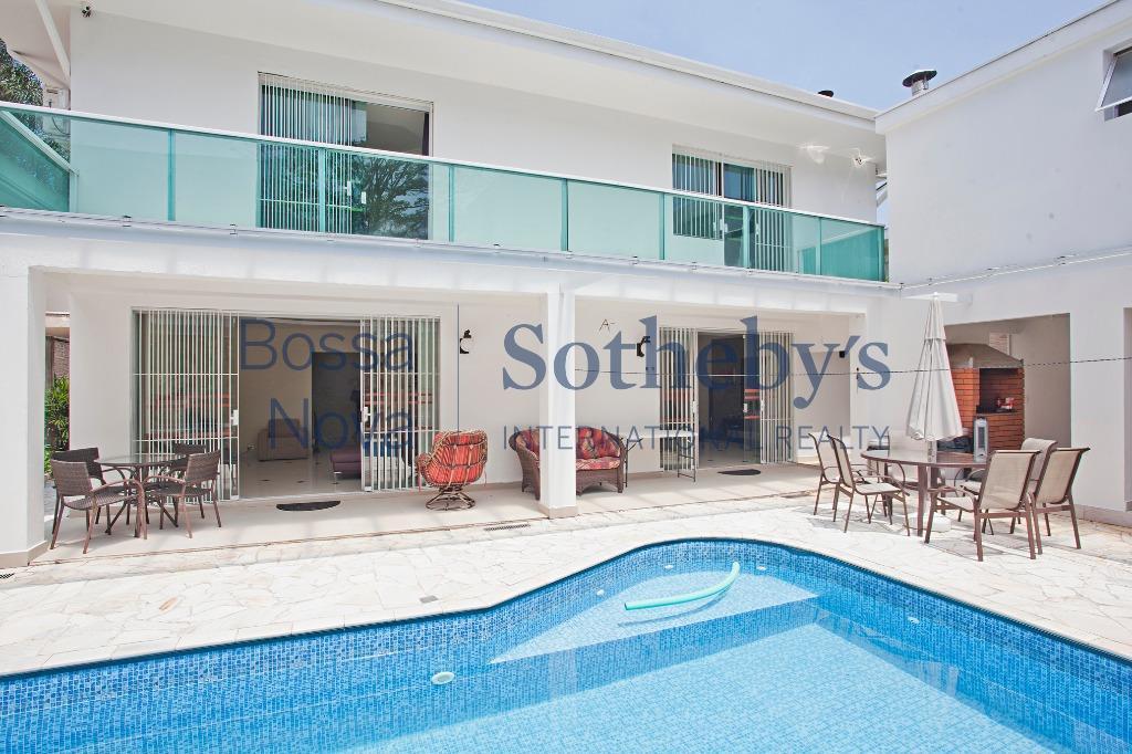 Casa confortável, ótima localização, próxima as melhores escolas e Clube de Alto de Pinheiros.