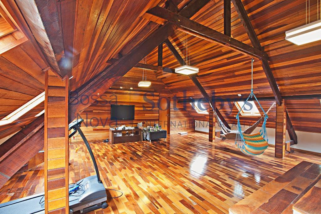 Espetacular residencia no melhor do Condomínio Chácara Flora.