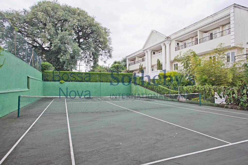 Casa em rua fechada com quadra de tênis privativa, no Morumbi