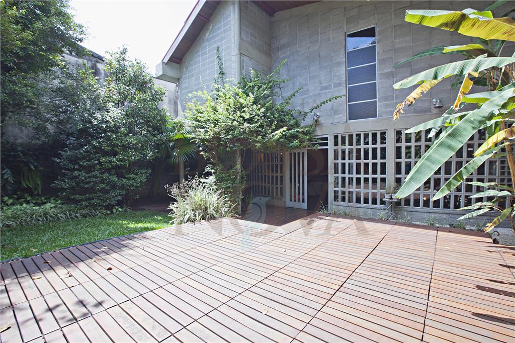 Arquitetura moderna, com espaços integrados e voltados para o jardim.