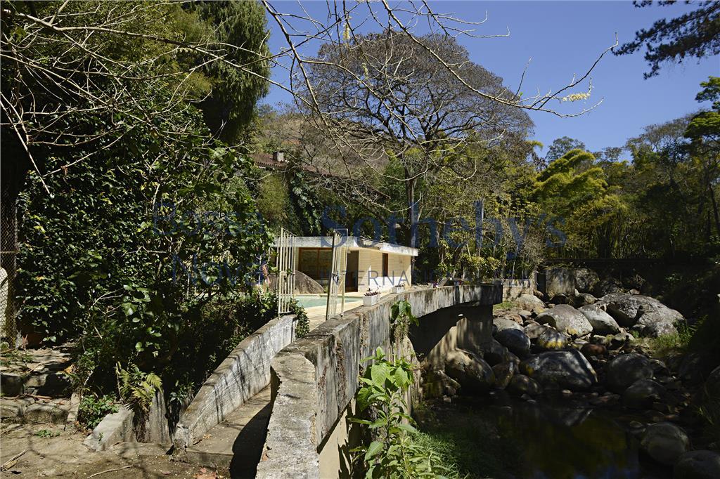 Acolhedora e charmosa propriedade a beira de rio em condomínio de alto padrão, Itaipava