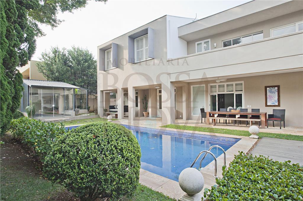 Linda casa com localização especial no bairro