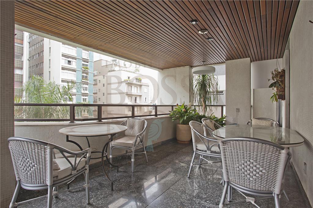 Luxo e espaço, excelente localização com varanda.