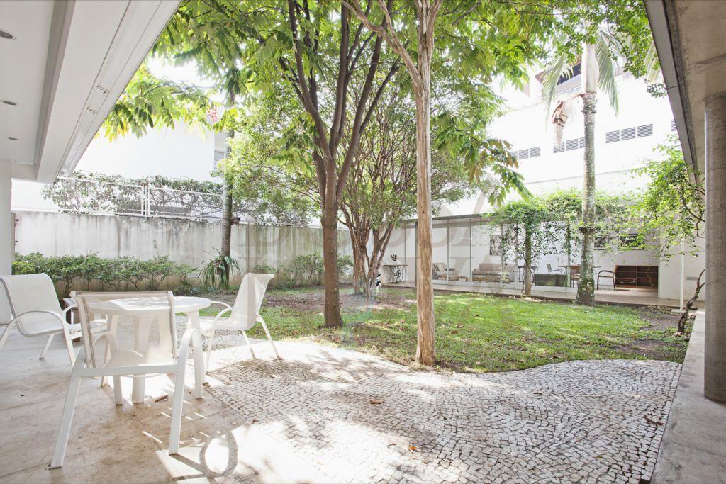 Belíssimo projeto, moderno e com um lindo jardim.