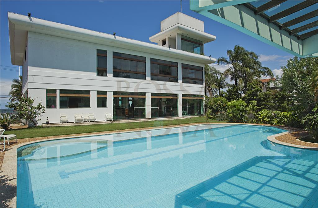Casa com varanda com vista para a piscina.