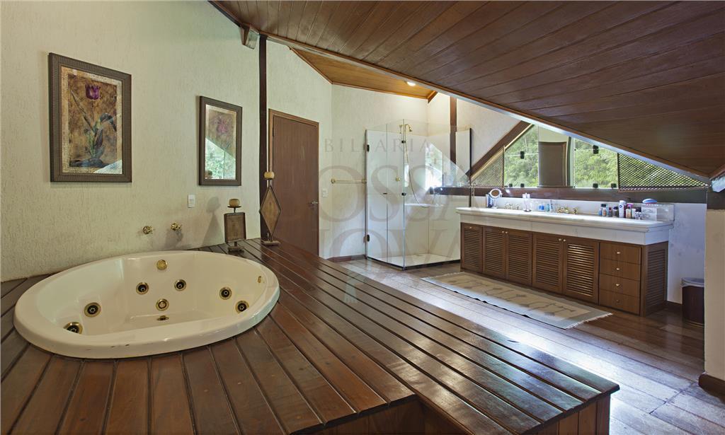 Casa estilo sobrado com acabamentos de madeira