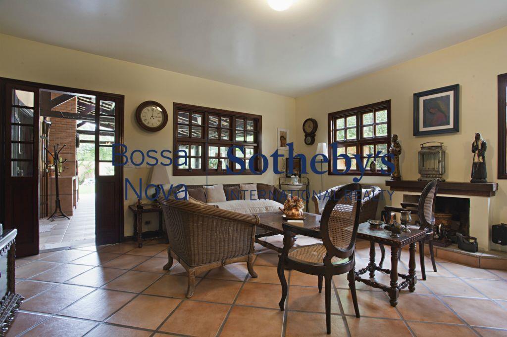 Casa com um lindo terreno em frente a praça mais charmosa de Alto de Pinheiros.