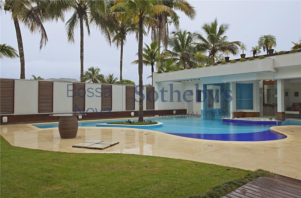 Incrível mansão com telão de cinema na piscina.
