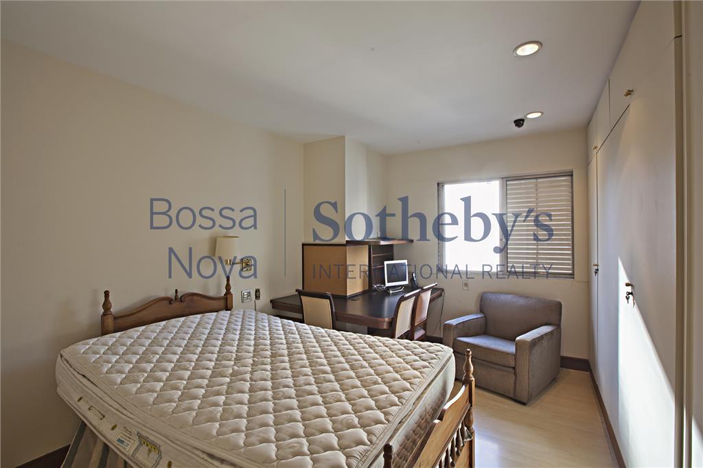Apartamento no coração do Itaim, com sacada, ensolarado.