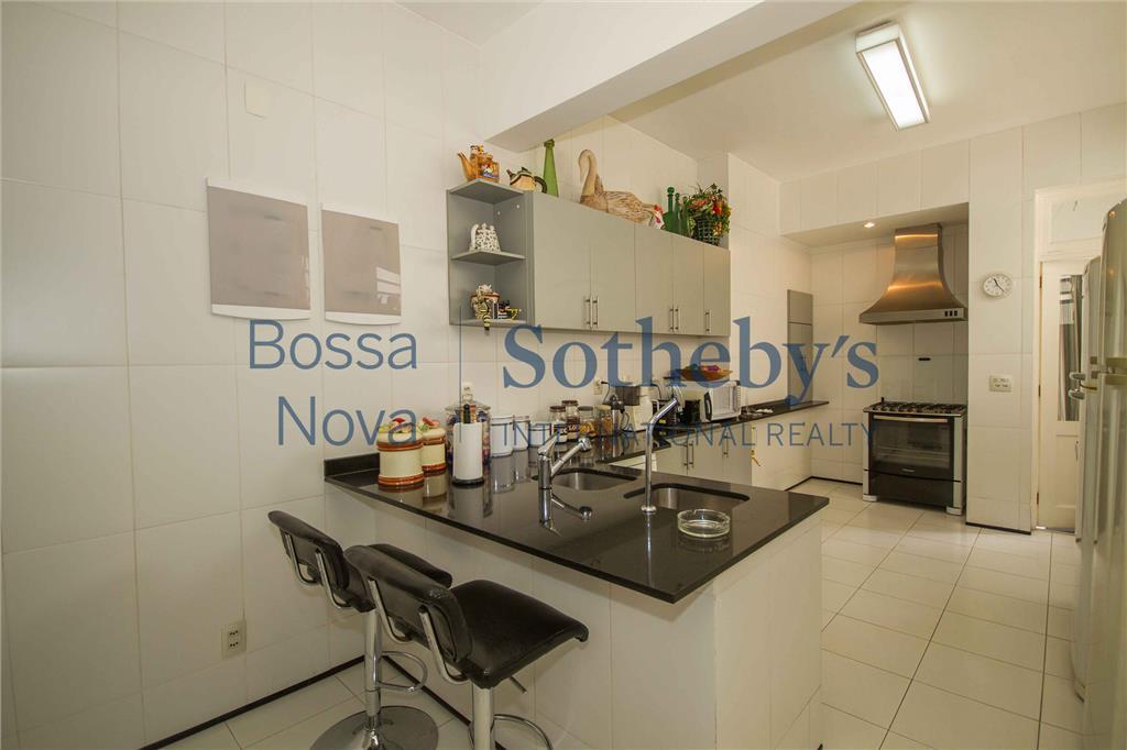 Muito espaço e ótima planta em apartamento duplex com vista para o mar de Copacabana