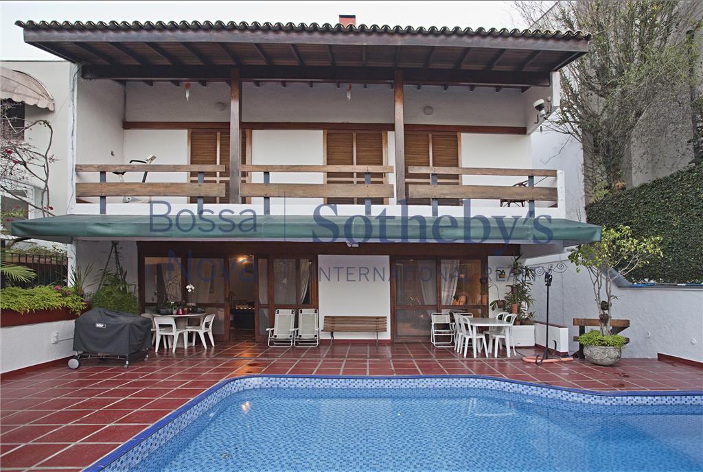 Casa charmosa em condomínio fechado no Jardim Vitória Régia