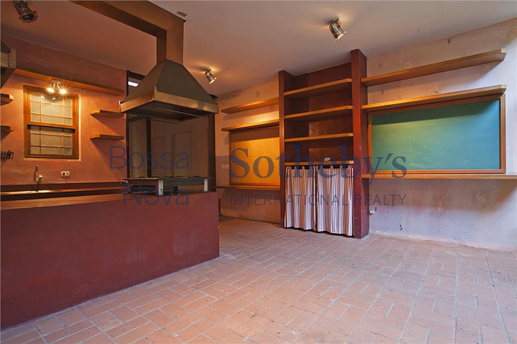 Casa de Vila tipo de fazenda, em excelente localização.Venda com renda garantida!