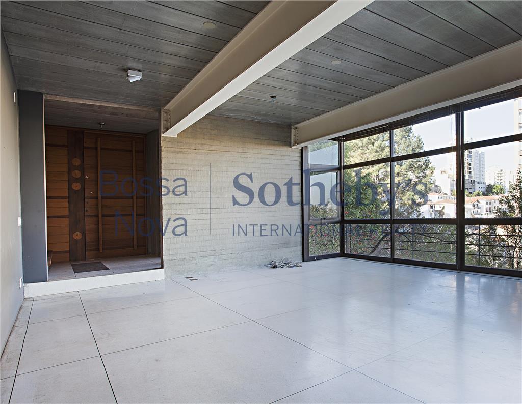 Projeto diferenciado em condomínio fechado com apenas 2 casas. Ótima localização, uso residencial ou comercial.
