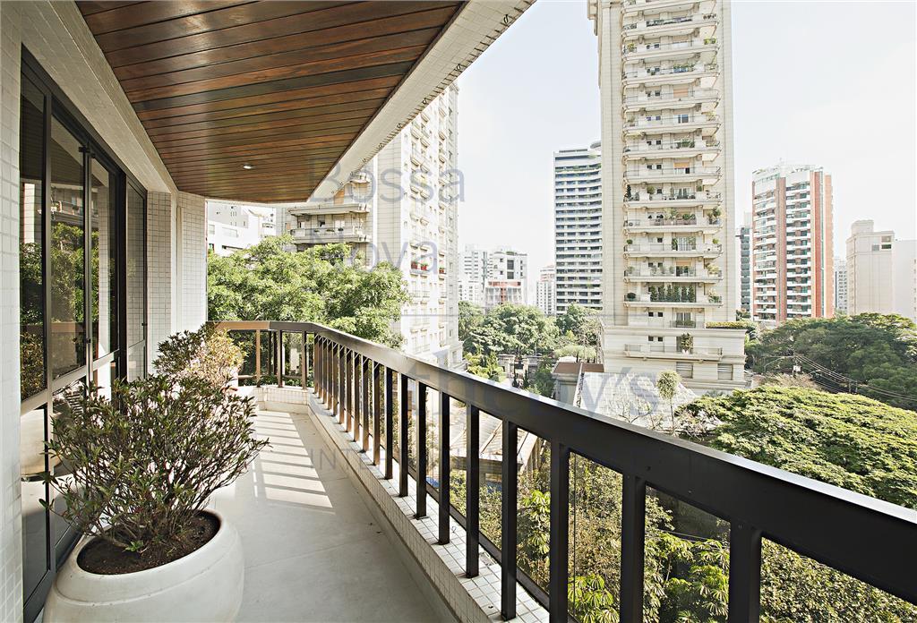 Apartamento reformado, iluminado, prédio com piscina,ao lado da Praça Pereira Coutinho