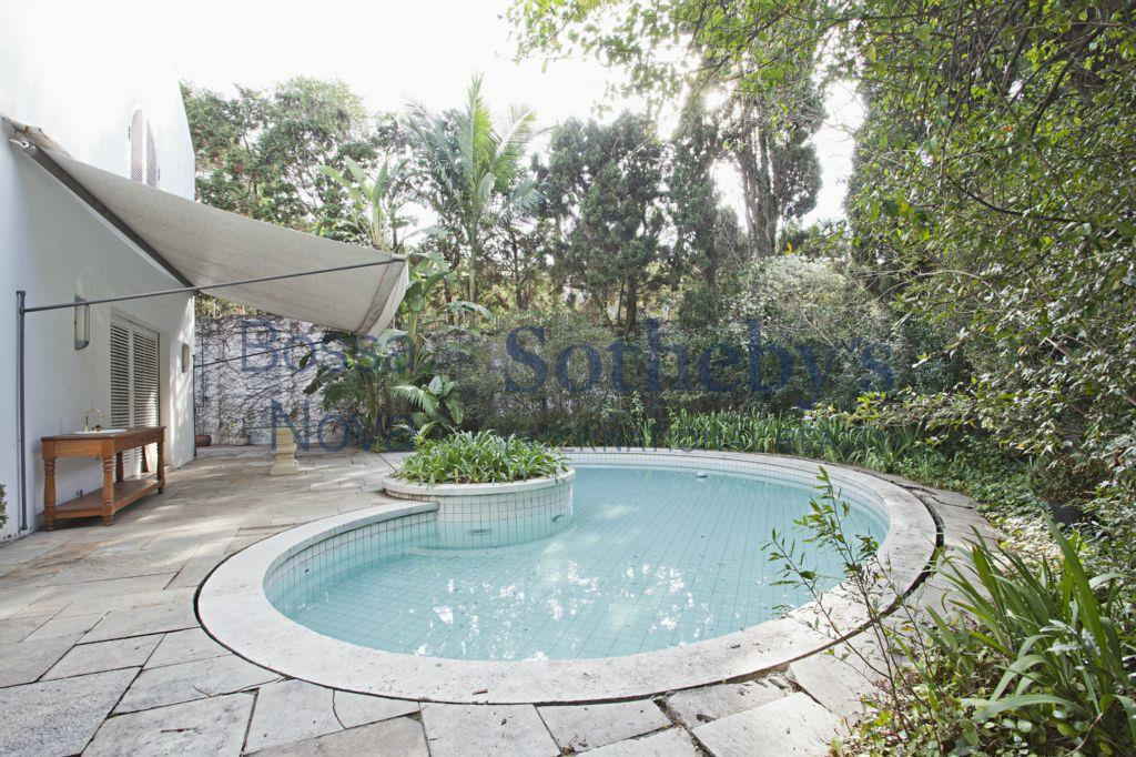 Casa de esquina, confortável, com piscina e jardim.
