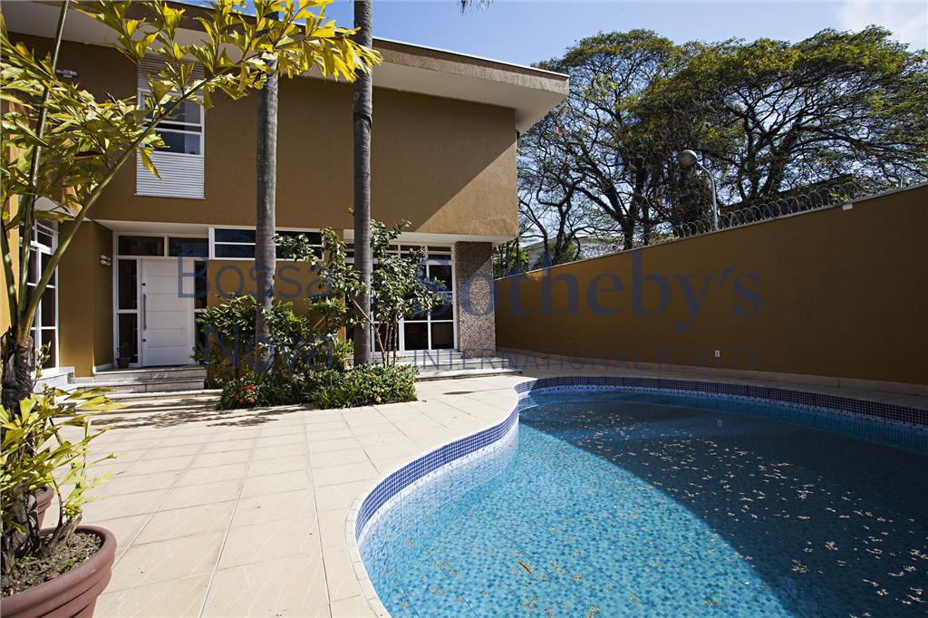 Casa muito confortável, com toda a área social voltada para a piscina.