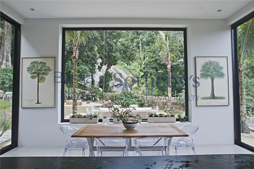 Projeto singular estrategicamente localizada com vistas emolduradas em todos os ambientes