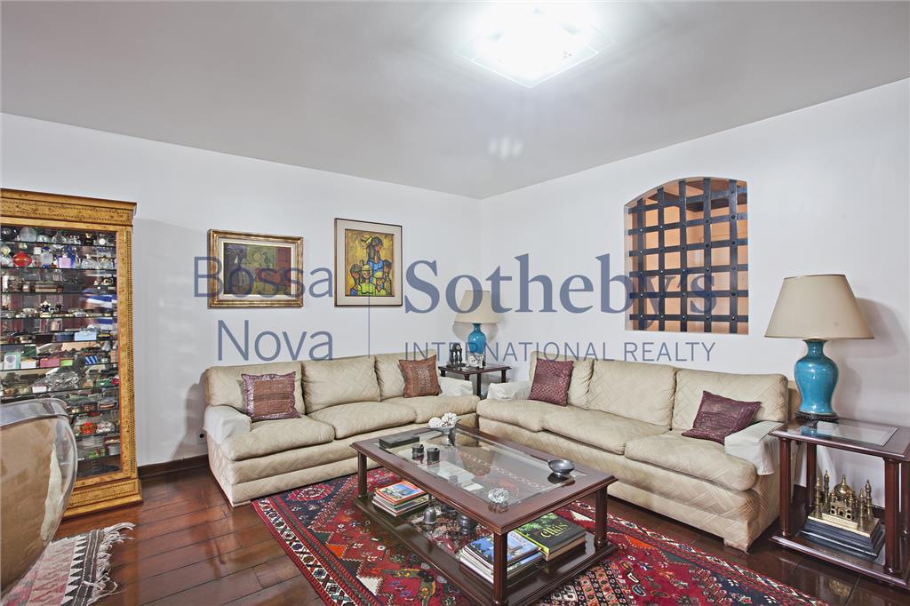 Apartamento com jardim recuado , na melhor parte da Rua Oscar Freire!!!!
