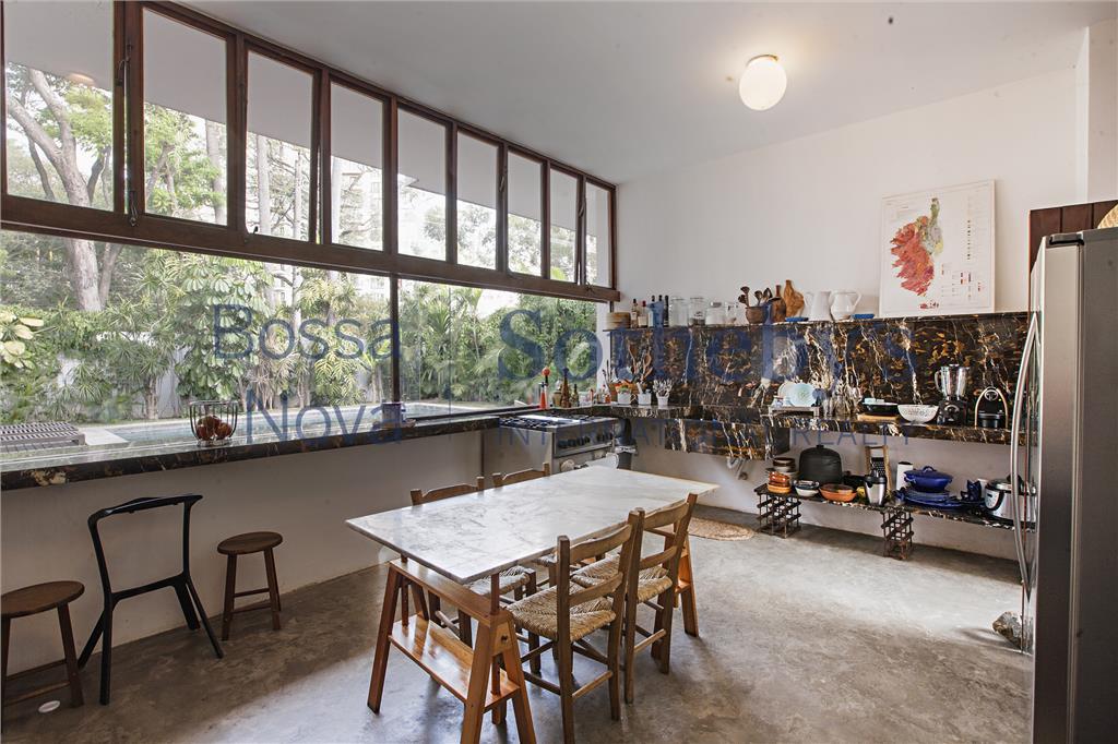 casa no alto de pinheiros conservando elementos no estilo vintage