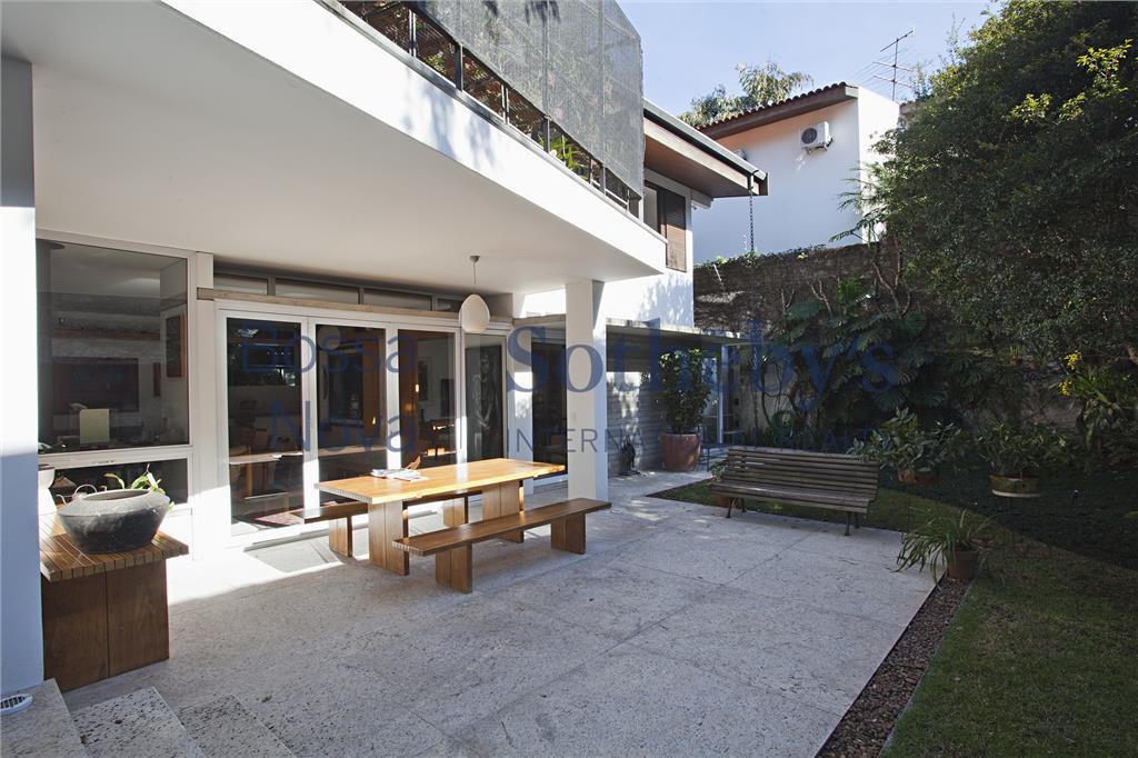 Jardim convidativo e ambientes integrados