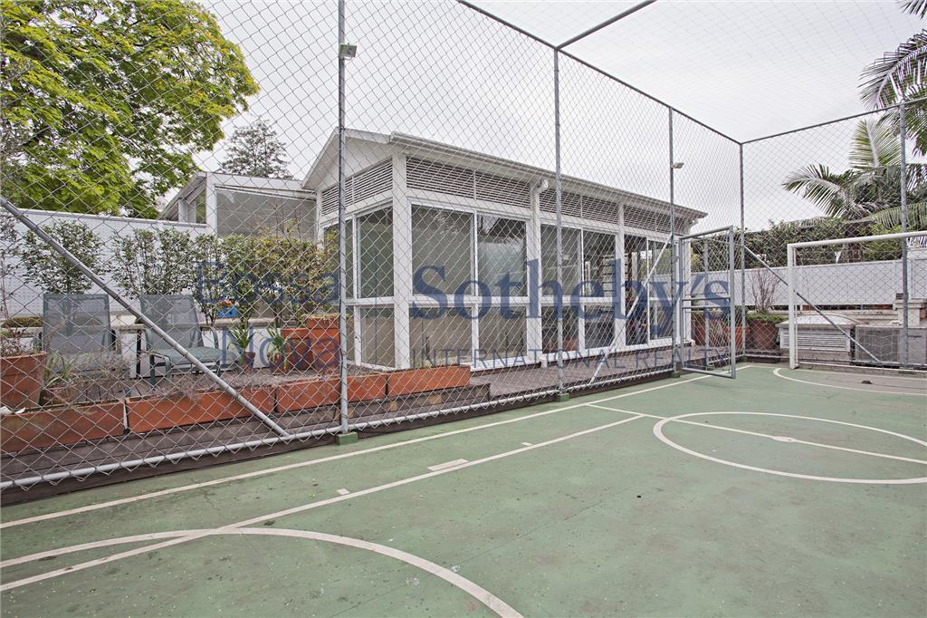 Linda casa diferenciada em condomínio fechado no Jardim Europa
