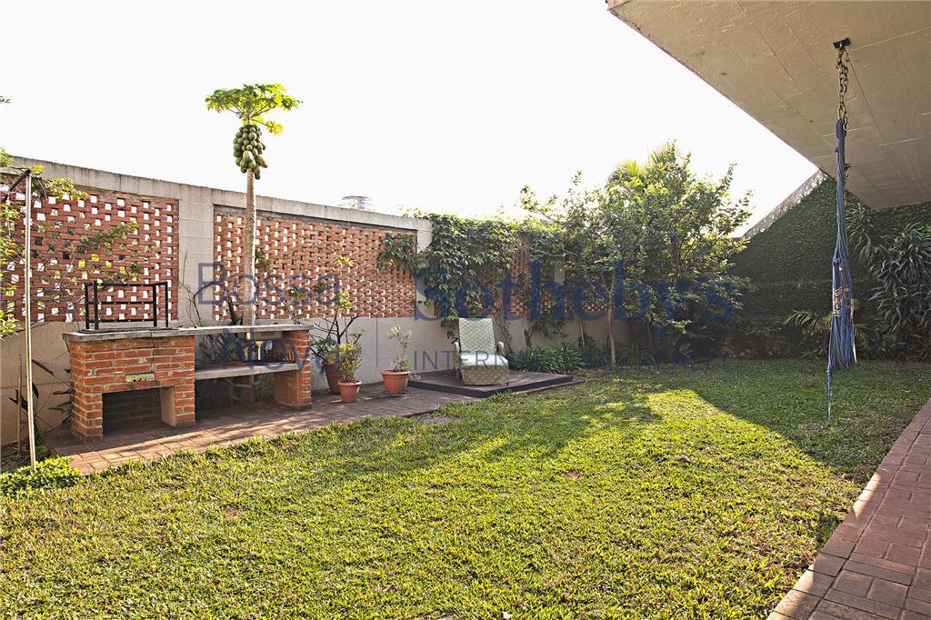 Casa reformada, muito agradável, vista e jardim.