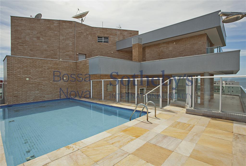 Cobertura luxuosa com piscina elevada.
