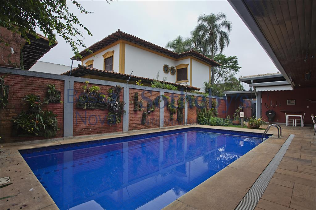 Casa térrea com jeito de fazenda, com jardim e piscina