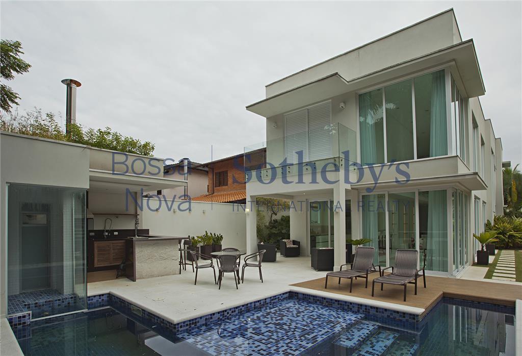 Casa incrível com piscina de raia.