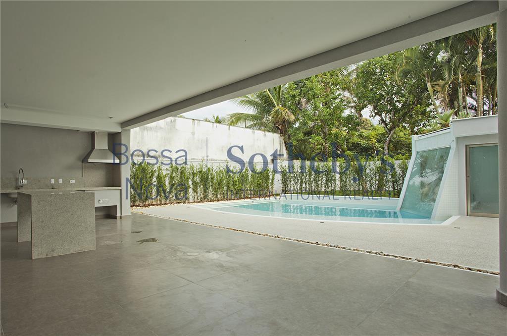 Casa moderna com piscina e hidromassagem.