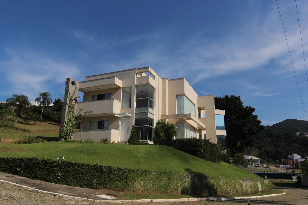 Casa alto padrão em condomínio fechado.