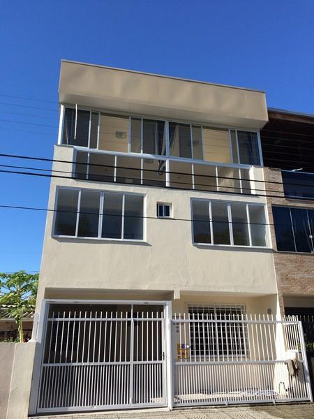 Casa Triplex Geminada para Locação Anual.