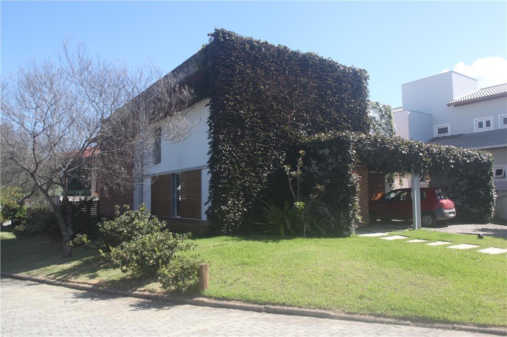 Ampla casa em condomínio fechado