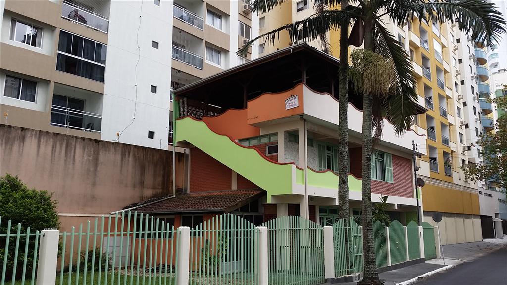 Sobrado na Barra Sul com cinco dormitórios, sendo uma suite, de Viva BC Imóveis.'