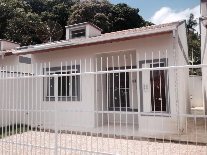 Casa 2 dormitórios, sala, cozinha, área de serviço, banheiro social em Canelinha