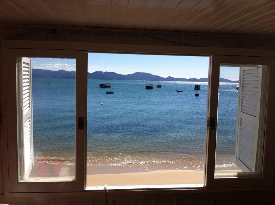 Casa de frente para mar, 3 quartos, sala, cozinha - pé na areia