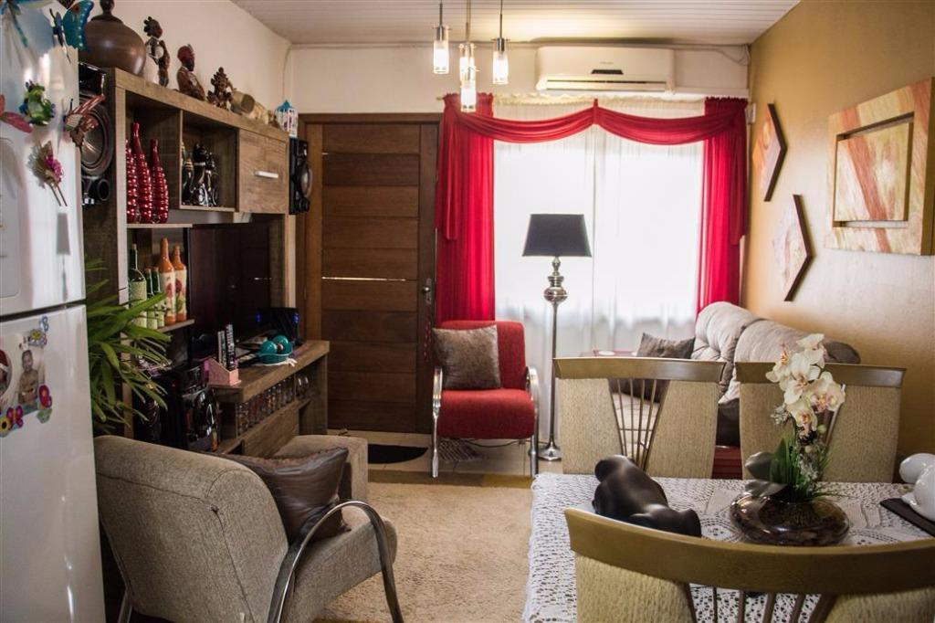 Casa em condomínio fechado com 02 dormitórios, sala dois ambientes, cozinha, área de serviço coberta com churrasqueira, banheiro com box de vidro. Estacionamento para 02 carros. Ótima localização: comércio, escolas, pontos de ônibus.