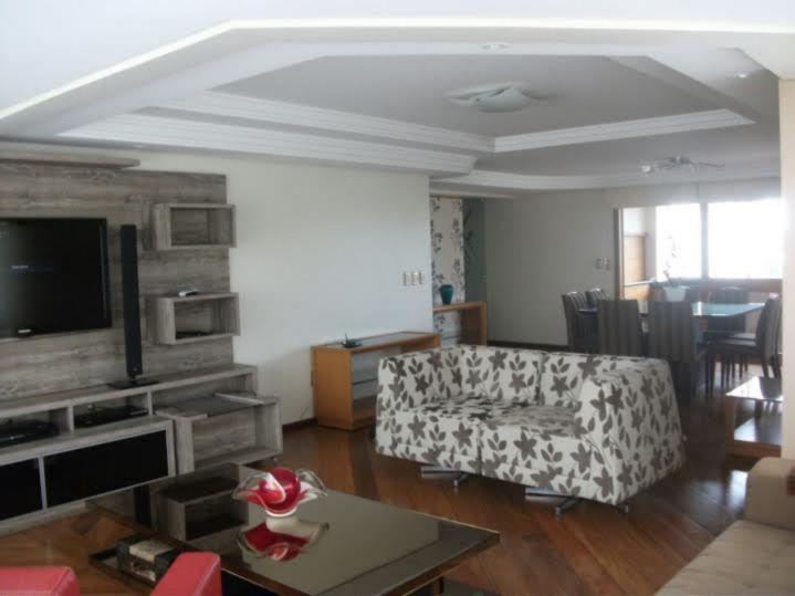 Apartamento de 03 dormitórios, sendo 01 suíte com hidro. o apartamento possui sala com lareira, dependência da empregada com banheiro e sacada com churrasqueira. ficam os móveis da cozinha, despensa, quartos e 02 box cobertos para garagem. Área privativa: 203m e 01 apartamento por andar.