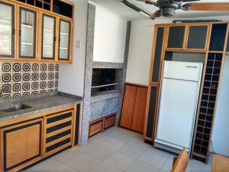 Apto  de cobertura, em localização nobre, peças claras e amplas, ótimo preço, precisa reforma para ficar uma ótima moradia. Cobertura c/parte fechada, lareira, churrasqueira, cozinha, banheiro e amplo terraço.
